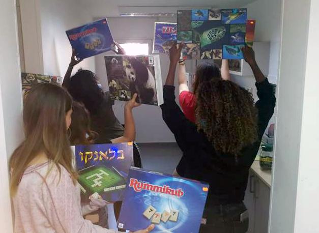 ילדי הפנימיה מתרגשים לקבל את המשחקים